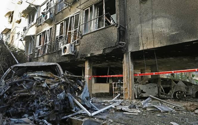 Un immeuble détruit par une roquette tirée depuis la bande de Gaza, le 13 mai 2021 à Petah Tikva, en Israël