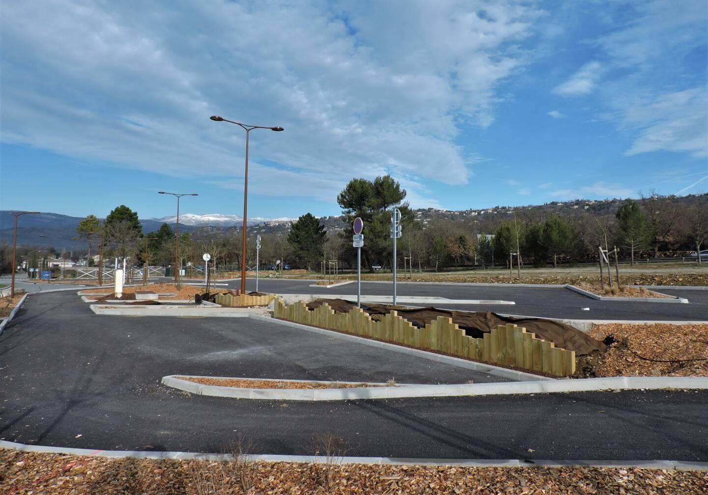 Les places de stationnement du pôle mobilité de Montauroux. Le site va être végétalisé avec la plantation d'arbres.