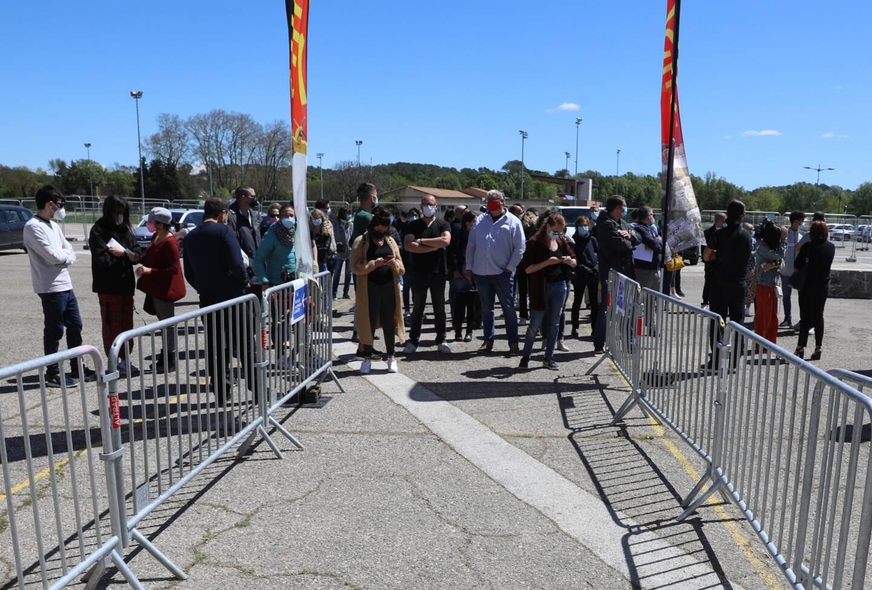 Dès l'ouverture du centre, à 9heures, les candidats à la vaccination, qui disposaient de rendez-vous, ont été nombreux à se présenter devant le sas d'entrée.