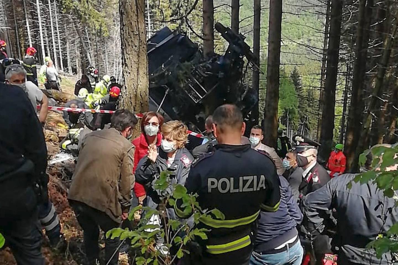 Policiers et secours entourent une cabine de téléphérique après la chute de cette dernière à Stresa, dans le nord de l'Italie, le 23 mai 2021.