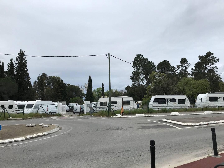 Les gens du voyage et leurs 18 caravanes sont restés une semaine sur ce parking privé.