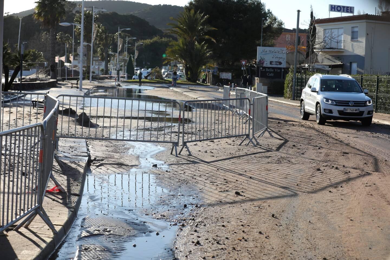 Les routes du littoral ont subit les coups de la mer déchaînée, comme ici à Agay.