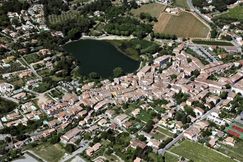 Vue aérienne de Besse-sur-Issole;