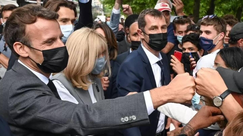 Le chef de l'Etat, Emmanuel Macron, salue la foule, le 8 juin 2021 lors d'un déplacement dans la Drôme.