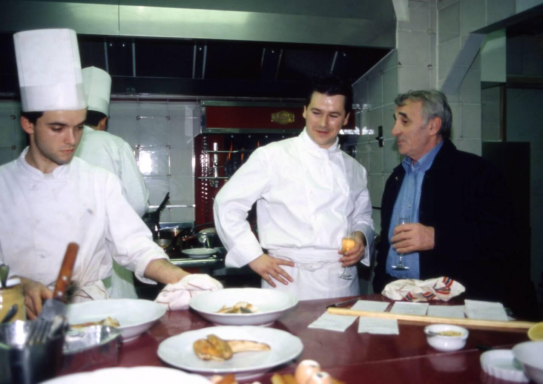 En 2011, Christophe Leroy dans ses cuisines avec Charles Aznavour