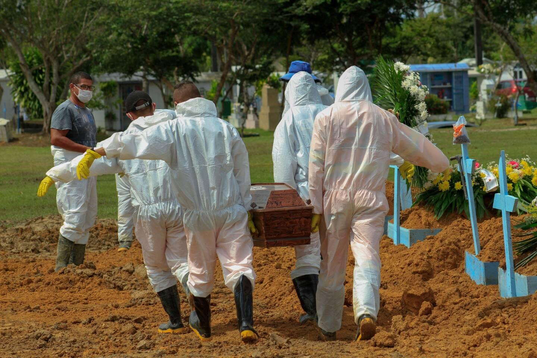 Le 22 janvier dernier, des fossoyeurs portent le cercueil d'une victime de la Covid-19 au cimetière Nossa Senhora Aparecida à Manaus, dans l'État d'Amazonas, au Brésil, au milieu de la nouvelle pandémie de coronavirus. Le Brésil a dépassé les dix millions de cas de Covid-19 le 18 février 2021, au milieu d'une deuxième vague de pandémie et de l'interruption du plan de vaccination en raison du manque de vaccins.