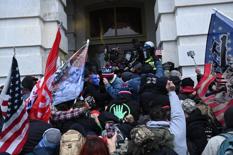 Des supporters du président Donald Trump entrent par effraction dans le Capitole de Washington D.C., le siège du congrès des Etats-Unis.
