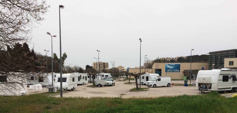 Une trentaine de caravanes sont installées, depuis ce week-end, sur le parking de la piscine Aquasud.
