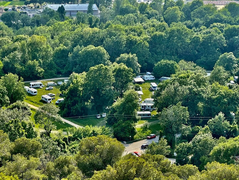 Soixante-dix caravanes de gens du voyage ont investi ce dimanche une partie du parc naturel des Rives du Loup.