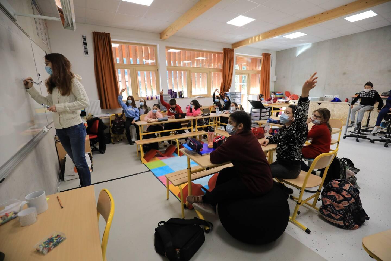 Dans certaines salles de classe, les enfants peuvent travailler assis, sur des chaises hautes, allongés ou sur un ballon.