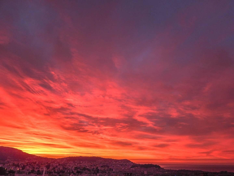 Le ciel a pris des teintes exceptionnelles ce mercredi matin sur la Côte d'Azur.