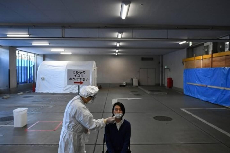 Un personnel soignant fait pratique un test PCR au centre de dépistage de Shinagawa à Tokyo en mai 2020.