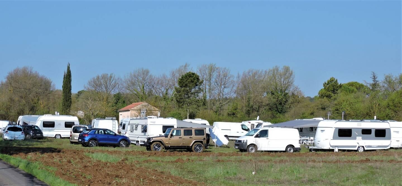 Les gens du voyage ont installé leur campement à proximité des habitations, au quartier des Combes.