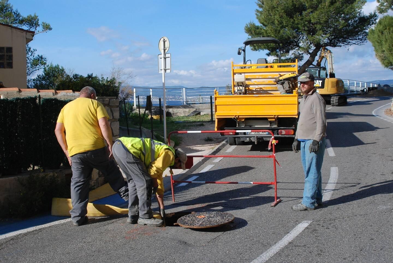 Les ouvriers préparent la mise en place de matériel servant à l'étanchéité du réseau.