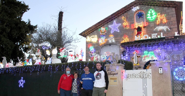 Les personnages illuminent la maison de la clôture à la cheminée.