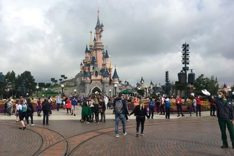 Les visiteurs et le personnel portant des masques de protection à Disneyland Paris à Marne-la-Vallée, près de Paris, le 15 juillet 2020, alors que Disneyland Paris avait entamé sa réouverture progressive après des mois de fermeture.