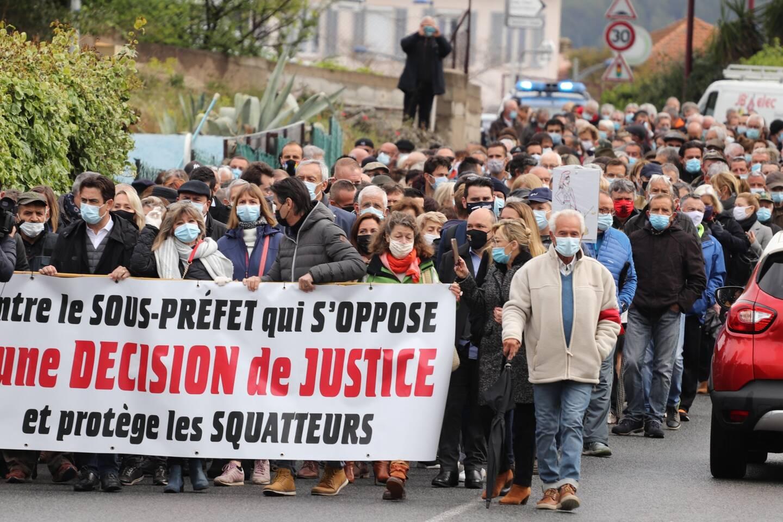 400 personnes ont manifesté leur soutien à Jean-Philippe et Marie-Françoise Victor, dont la maison familiale est toujours occupée illégalement.