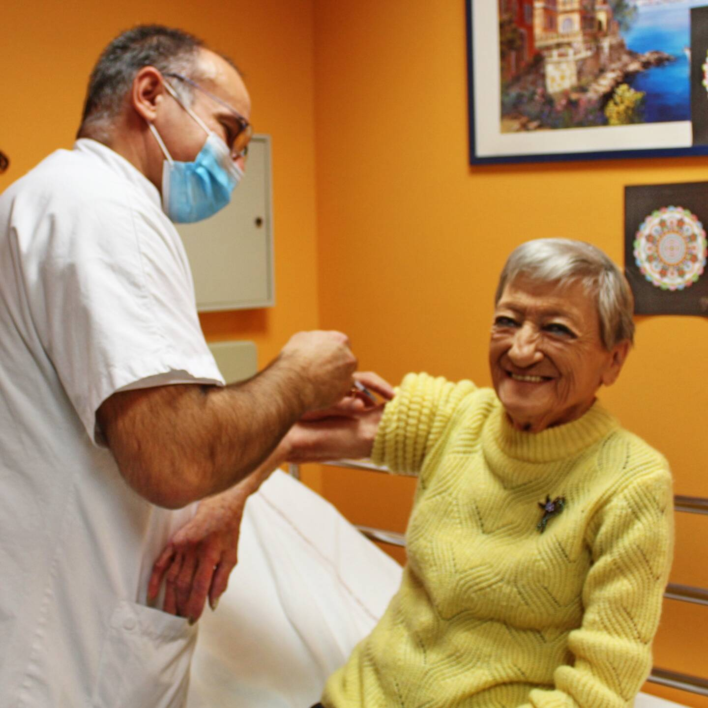 Bernadette, résidente de l'Ehpad, et Anne, aide-soignante au sein du service de soins à domicile, ont été vaccinées par Yves Nicolau, médecin en charge de la campagne.