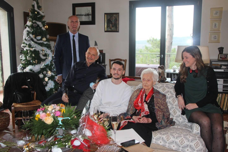 Henriette entourée de deux de ses petits enfants et de son fils, Robert. André Guiol (qui a retiré son masque quelques instants pour la photo) a remis la médaille du Sénat à l'ancienne maire de Mazaugues.