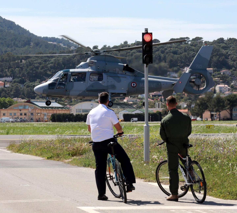 Les marins qui évoluent dans un territoire de 260 hectares privilégient les déplacements doux à l'intérieur de la base d'aéronautique navale d'Hyères.