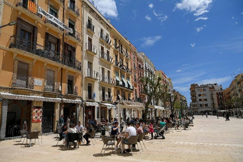 Des personnes à la terrasse des cafés, le 11 mai 2020 à Tarragone, en Espagne.
