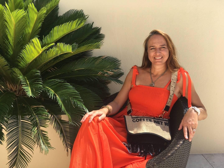 Virginie Marquet pose avec l'une de ses dernières créations: un sac stylé tout en étant local et respectueux des gens et de l'environnement.