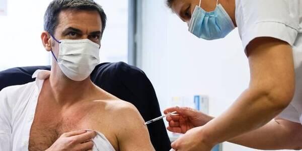 Le ministre de la Santé, Olivier Véran, vacciné le 8 février à Melun avec la formule d'AstraZeneca-Oxford.