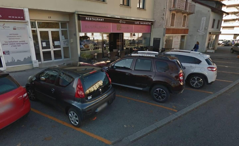 C'est pendant qu'elle garait sa voiture dans ce petit parking en épi que la conductrice a confondu le frein et l'accélérateur.