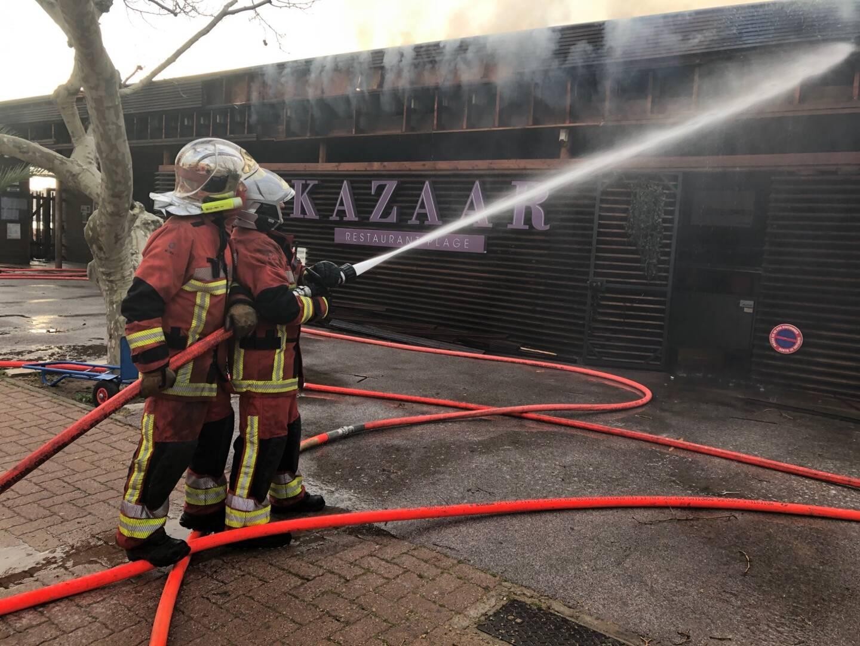 Les pompiers à pied d'œuvre pour éteindre l'incendie.