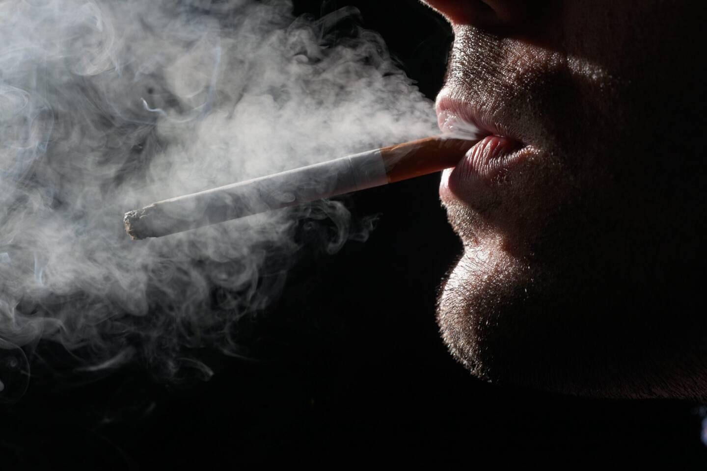 Un fumeur de cigarette (illustration).