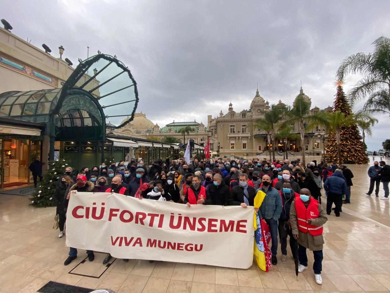 Environ deux cents employés de la SBM etaient réunis sous la pluie ce 1er janvier sur la place du Casino pour protester contre le plan social du groupe
