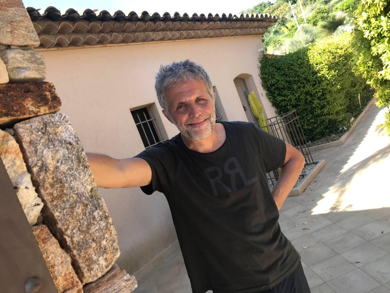 """Stéphane Guillon confirme qu'il jouera de nouveau les """"têtes de cons"""" cet été face à JoeyStarr dans Le Remplaçant sur TF1."""