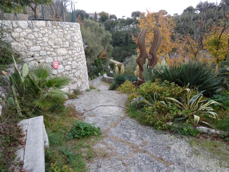 Le moulin et son difficile chemin d'accès que la victime empruntait souvent au guidon du quad.