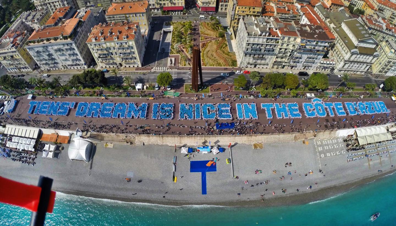 Le 9 mai 2015, 6500 Chinois débarquent sur la Promenade des Anglais et prennent la pose pour un cliché aérien qui fera date. Tous les invités rassemblés de la multinationale chinoise formant la phrase suivante : Tiens'  dream is nice in the Côte d'Azur. Un chouette voyage d'entreprise et une jolie cagnotte pour Nice et ses environs, de l'ordre de 26 millions d'euros!