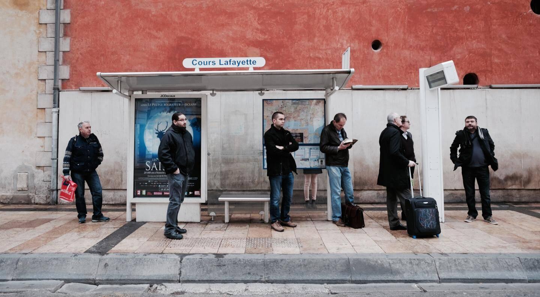 Sur l'avenue de la République à Toulon, le bus U en direction du Technopôle de la mer se fait attendre.