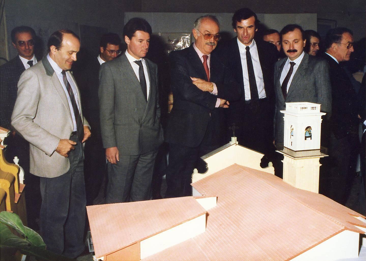 Jacques Médecin et, à sa droite, Christian Estrosi. L'ancien et le maire actuel visionnaient des maquettes de futures constructions niçoises.