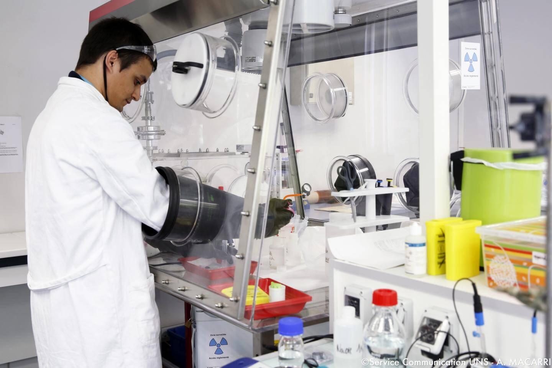 Plusieurs laboratoires de l'Université de Nice utilisent des sources faiblement radioactives. Toutefois, l'ASN estime que « des expositions répétées et injustifiées peuvent poser problème ».