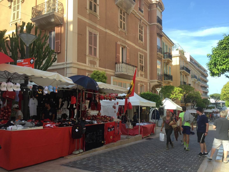 Les stands de produits consacrés au Grand Prix colorent le centre-ville, comme ici rue Princesse Caroline.