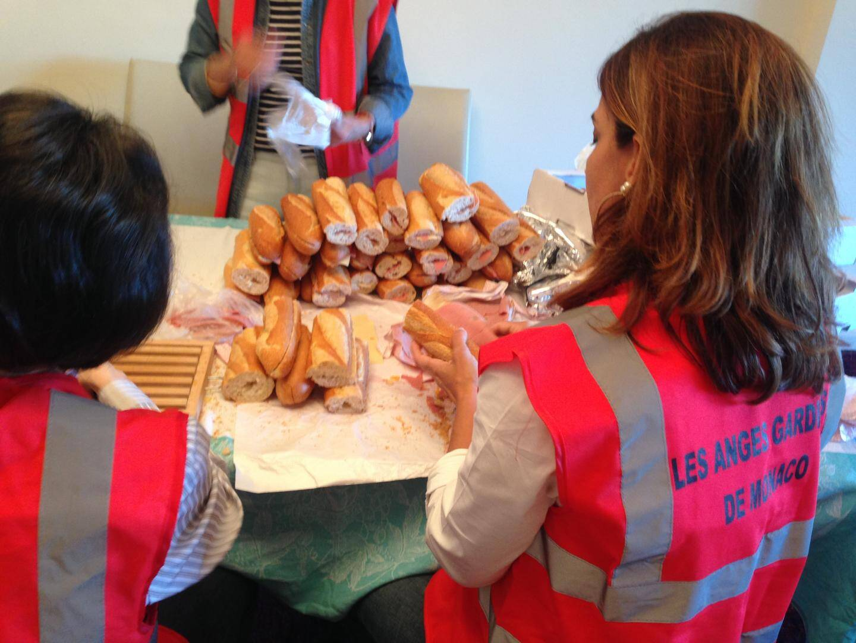 On prépare les sandwichs pour la distribution de nourriture du soir. Près de 400 sandwichs sont donnés chaque lundi