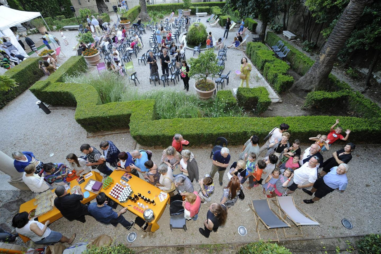 Installées dans le jardin du musée d'art et d'histoire de Provence, les Nocturnes parfumées attirent un peu plus de monde chaque année. Une recette qui fonctionne bien grâce à une programmation de qualité et un cadre agréable. Au programme ce mois-ci, trois soirées. La première sera le 7 juillet. Une soirée un peu spéciale pour ouvrir la saison. Elle débutera place de la Poissonnerie avec un concert de clarinettes du Quatuor 441 à 19 h. Le public sera ensuite entraîné jusqu'au MAHP où les Variants Deluxe proposeront un concert dans les jardins, à 21 h. Trois autres dates sont aussi programmées en juillet. Le 14 juillet, à 19 h, la compagnie 100°c Théâtre proposera Alice au pays du Charleston. Le 21 juillet, à 19 h, place au Théâtre de la Nuit Blanche avec Mots passants. Et enfin, le 28 juillet, à 19 h, la compagnie Tête de Litote jouera Les mariés de la Tour Eiffel.