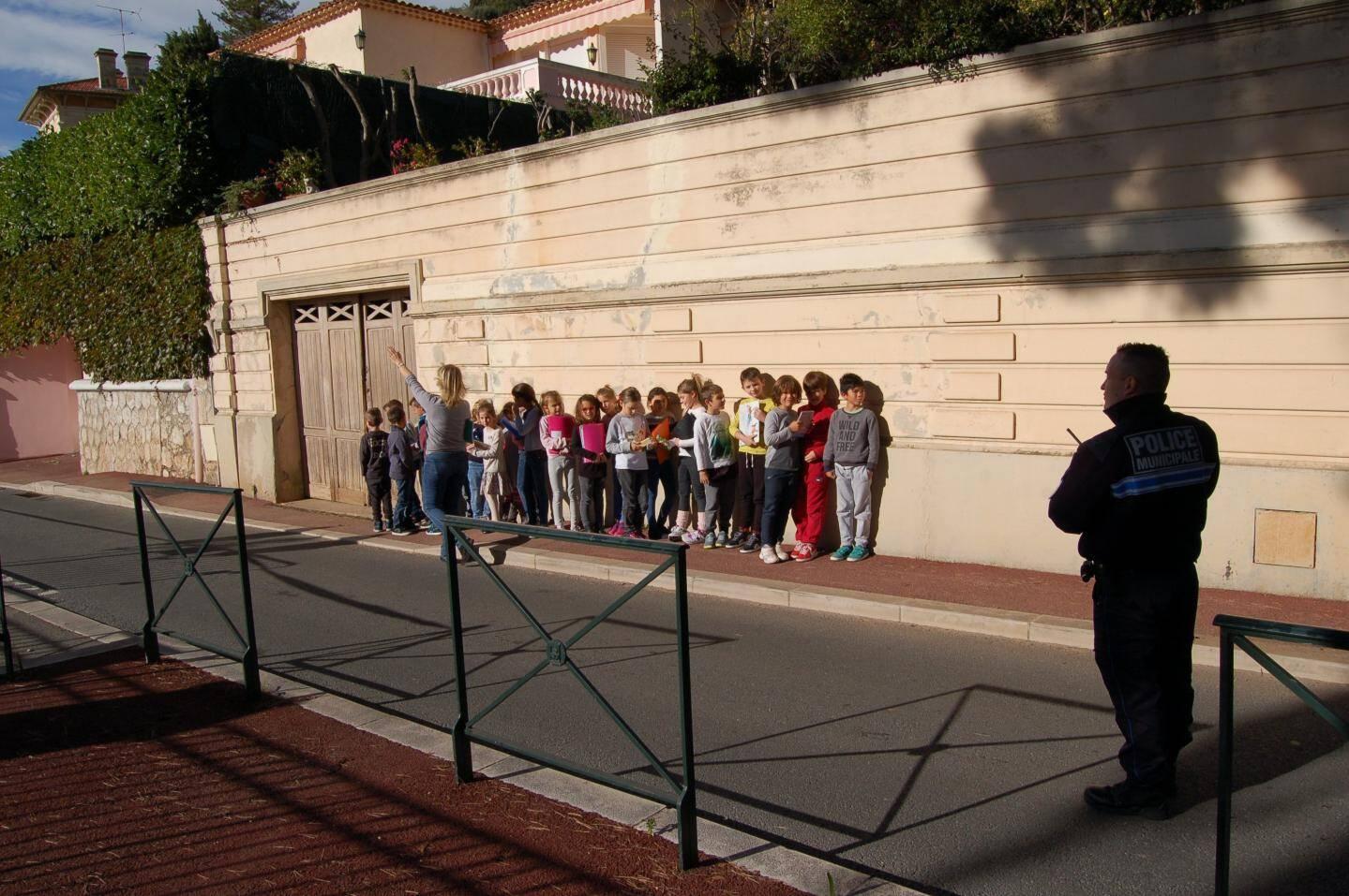 Les élèves ont attendu, dans le calme, la sécurisation de leur école, sous la surveillance de leurs professeurs et de la police municipale.