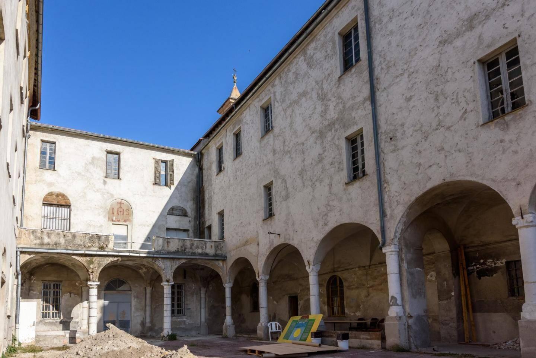 La cour du cloître, au fond le premier corps de bâtiment édifié à partir de 1604.