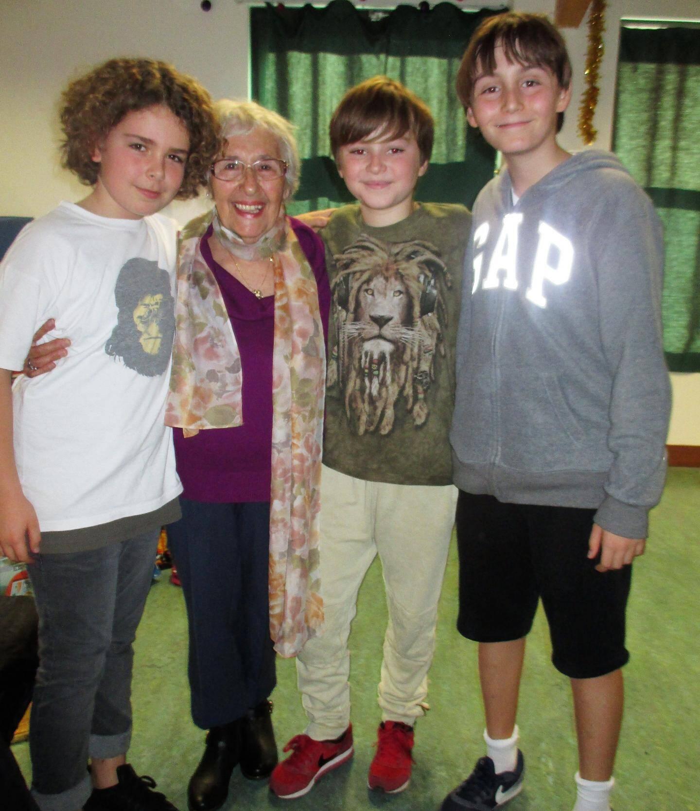 Sacha, Brook et Gabrio sont venus serrer leur « mamie » dans leurs bras.