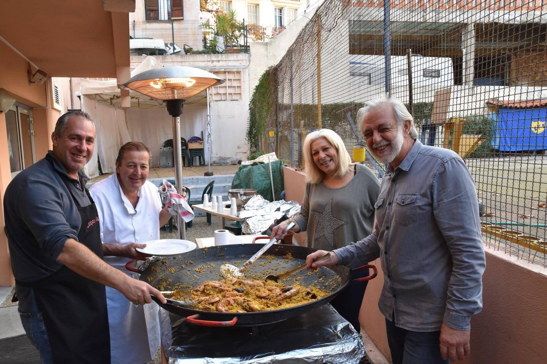 Gérard et les experts d' «Azur paella» en pleine préparation.