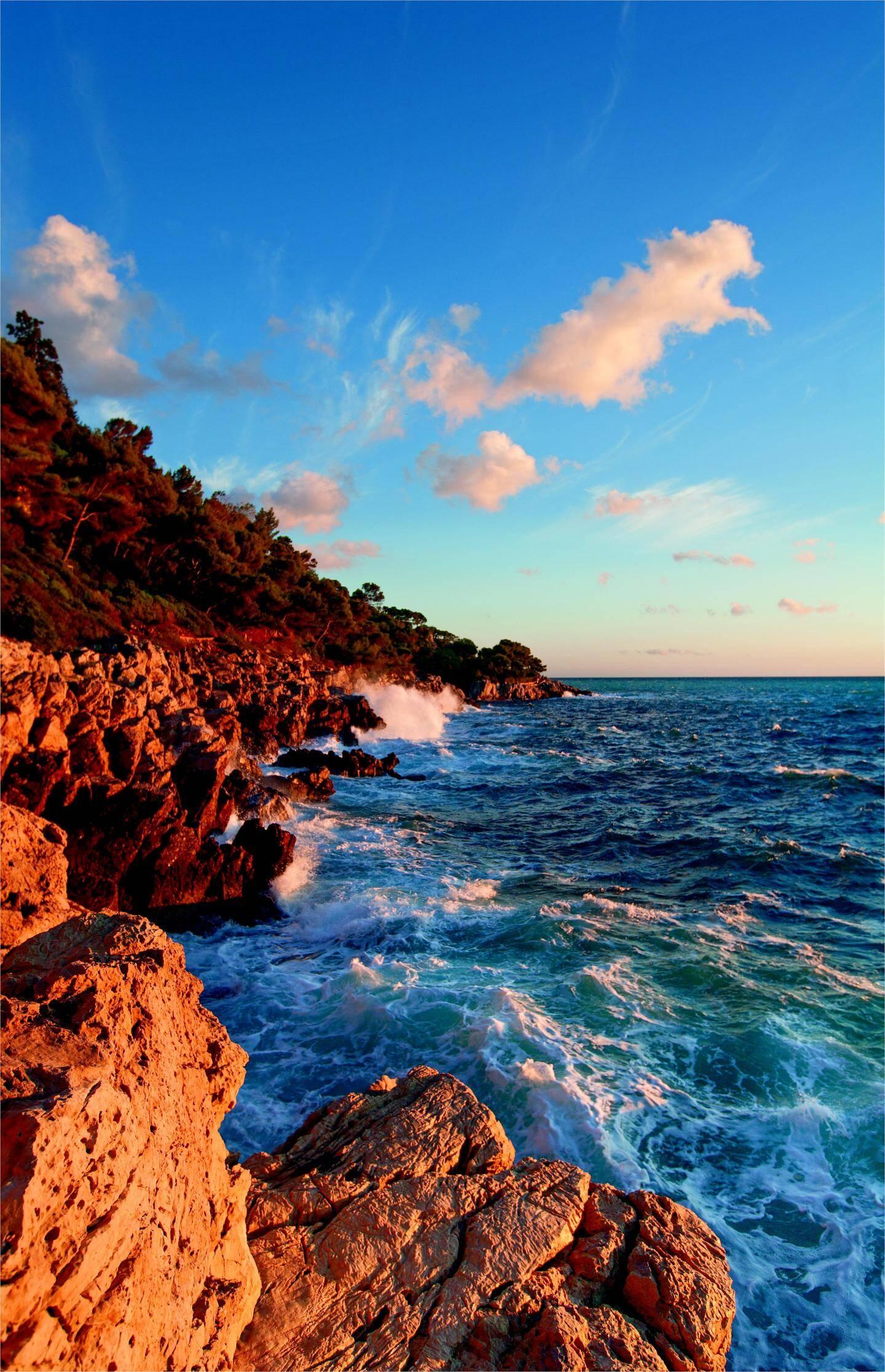 Les roches acérées protègent à l'ouest le littoral sauvage du cap. Une idée du bout du monde…
