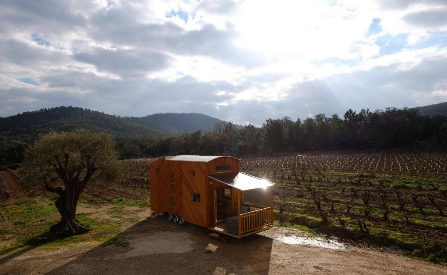 """La Tiny House, """"une caravane mobile géante"""", résume Romain, constructeur au Lavandou."""