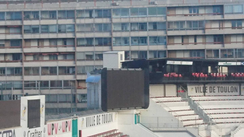 Le dessus de l'écran du stade mayol endommagé