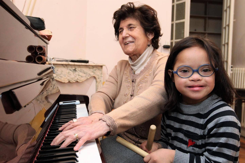Jacqueline Dicharry travaille sur les rythmes avec Doria, son élève de 7 ans et demi.