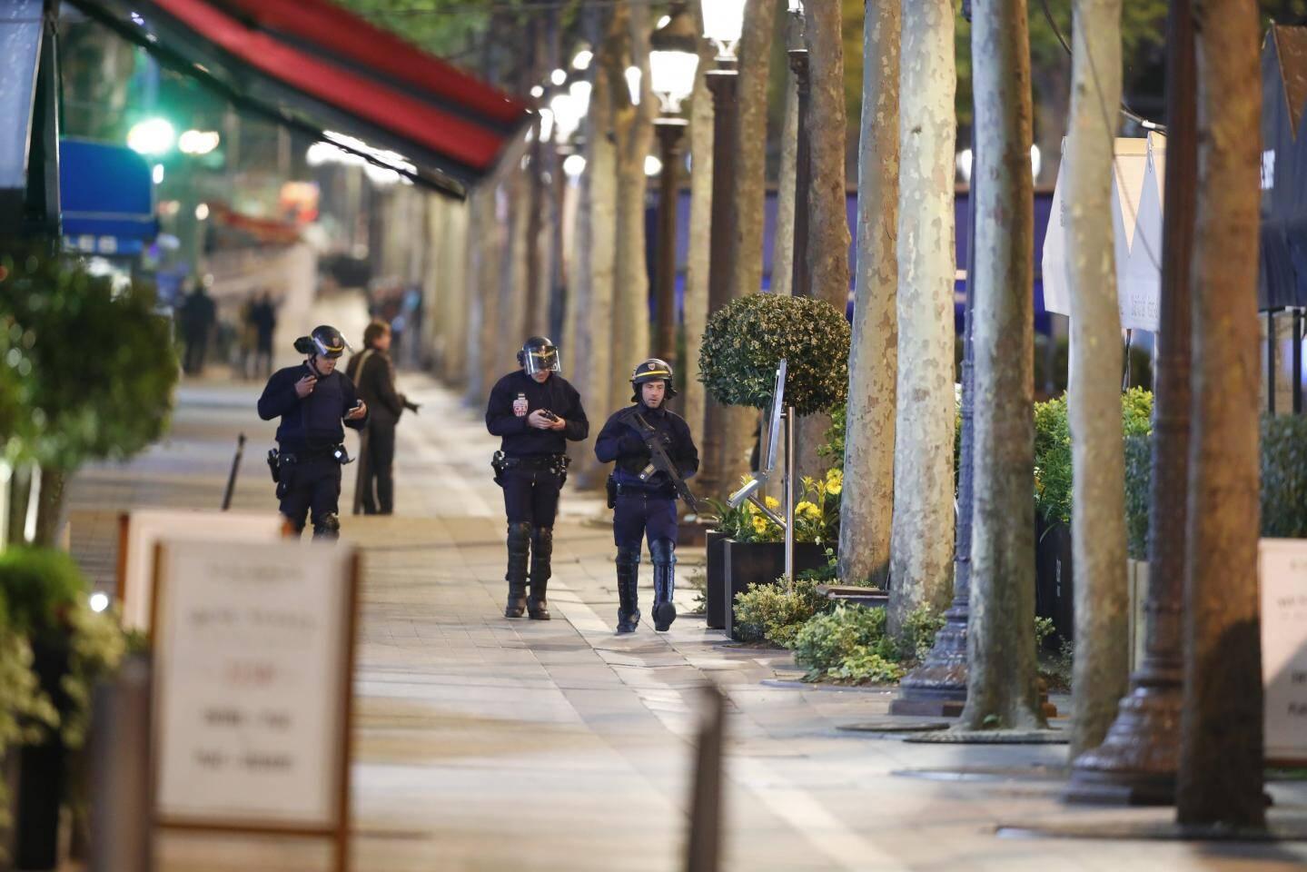Les policiers sécurisent l'avenue avant de rouvrir l'artère.