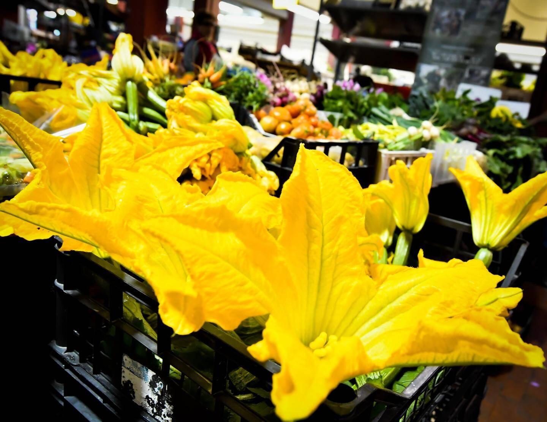 Des fleurs de courgettes cueillies le matin même resplendissent sur l'étal de La Ciapeleta.